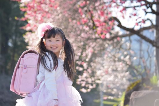 小学校の入学式、女の子のおしゃれにかわいいスーツは通販のコレ!